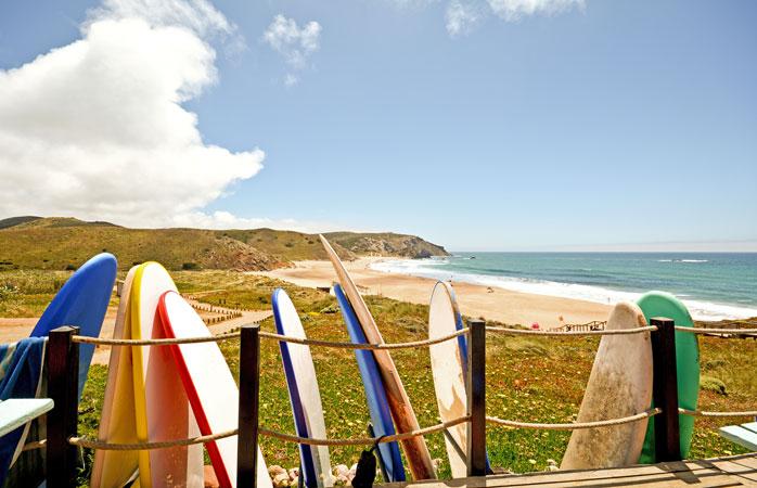 Combina as tuas férias de campismo com aulas de surf na solarenga costa sudoeste de Portugal