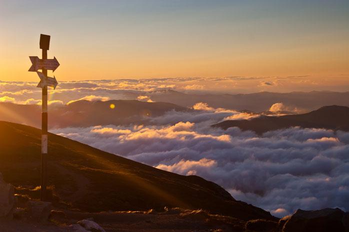 Combina a tua viagem de campismo na Roménia com uma caminhada até ao imponente pico Omu nas montanhas de Bucegi