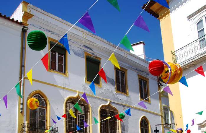 As ruas de Évora preparam-se para as festas de São Pedro.