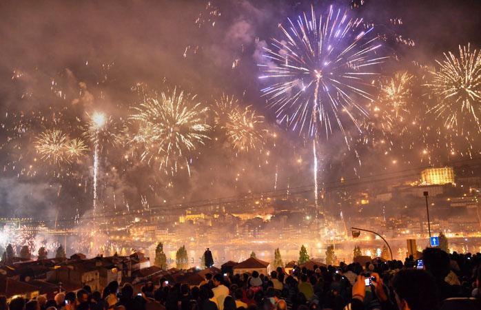 Os fogos de artifício durante o São João do Porto.