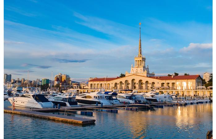 O porto de Sochi ao pôr do sol. Ideal para descansar antes de ires ver a seleção nacional.