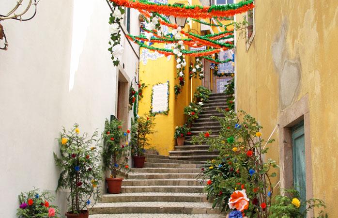 As ruelas de Sintra decoradas durante as festas de São Pedro.