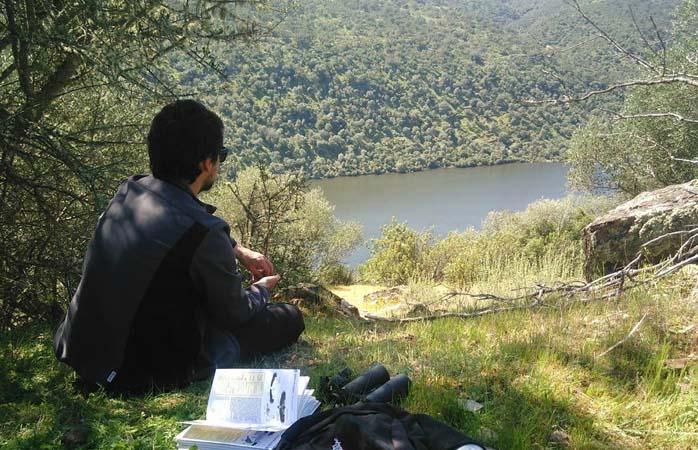 Uma pausa à sombra para observar pássaros ou apenas ler, são atividades possíveis no Parque Natural do Tejo Internacional.