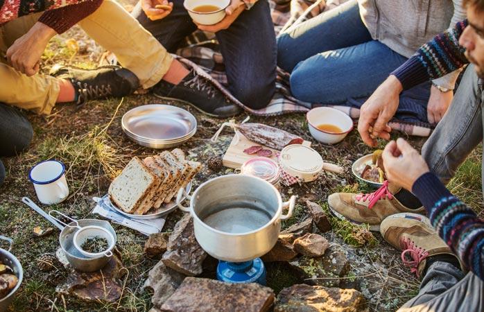 Alguns artigos e alguns bons amigos... é tudo o que precisas para um maravilhoso banquete de acampamento