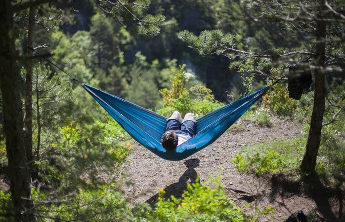 Se és o género de ficar deitado a apanhar sol, leva uma rede e deixa-te ficar a ver o tempo passar