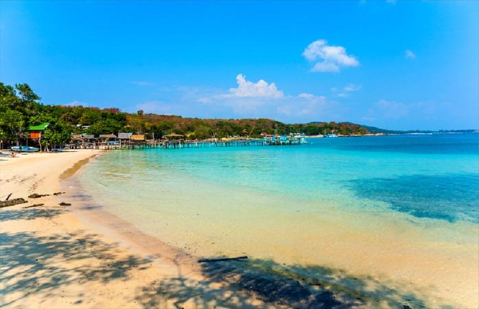 Imagina-te a relaxar durante a tua viagem à Tailândia numa praia como esta.