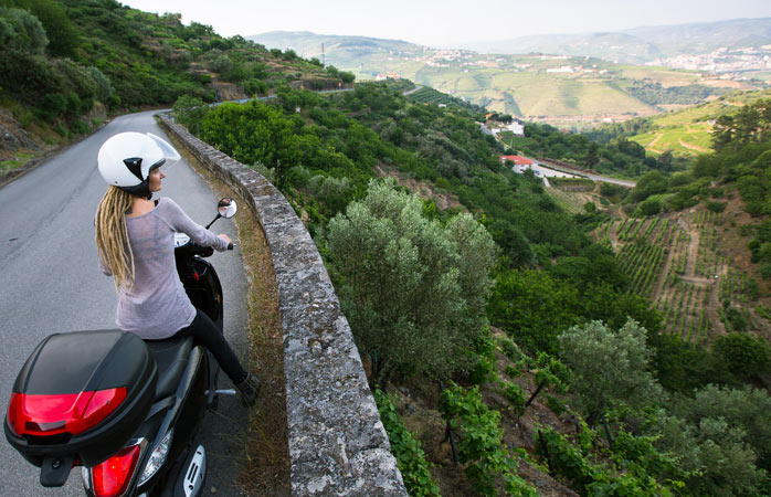 Uma mulher viaja de acelera com vista sobre o Vale do Douro