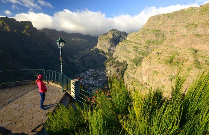 Admirando a vista da Ilha da Madeira a partir de um miradouro