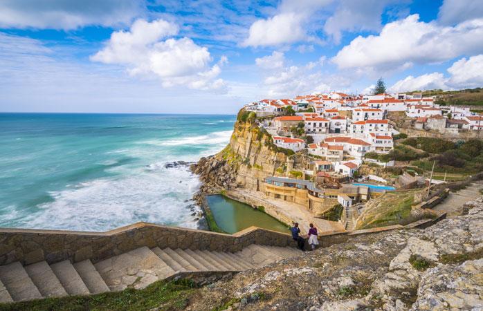 Vistas estonteantes da aldeia costeira das Azenhas do Mar - Sintra, Portugal