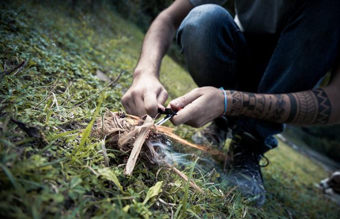 Imita os pros: acende a fogueira com um isqueiro de pedra