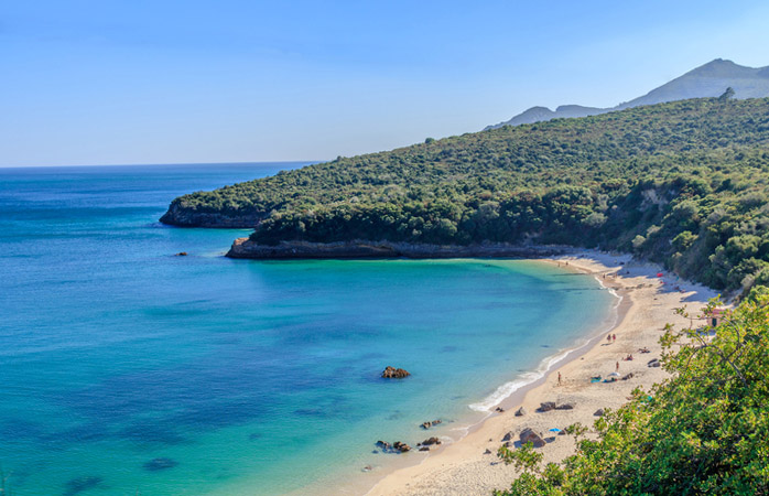 À procura do paraíso e de umas das melhores praias de Portugal? Não vás mais longe. Dirige-te à praia dos Galapinhos!