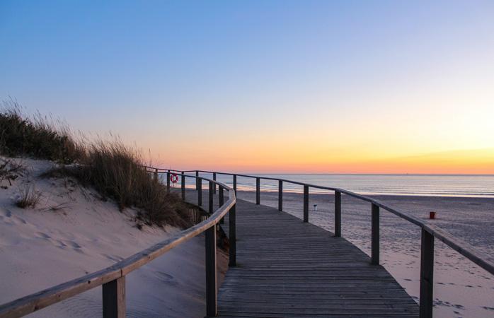 A praia de São Jacinto é a opção ideal para os amantes do surf e da natureza.
