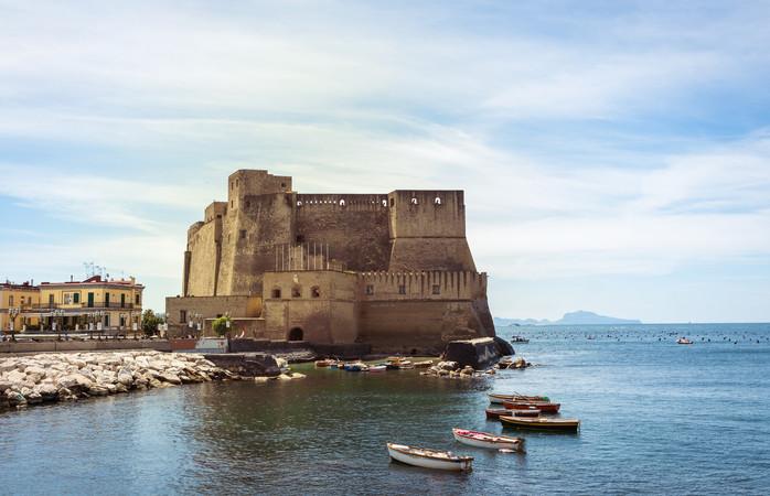 O famoso Castel dell'Ovo fica na Baía de Nápoles