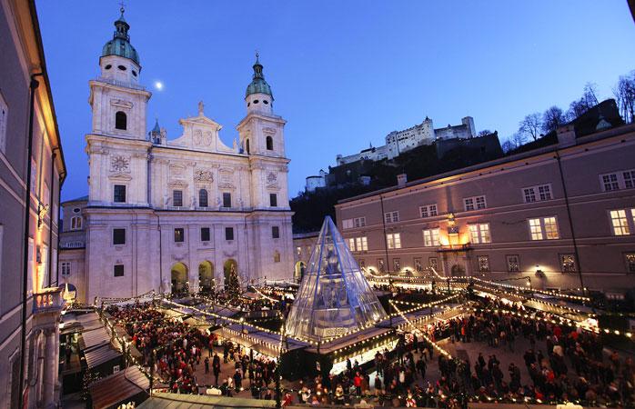 O Christkindlmarket de Salzburgo situa-se na pitoresca Residenzplatz