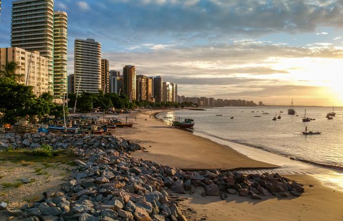 Uma das muitas praias de Fortaleza ao pôr-do-sol