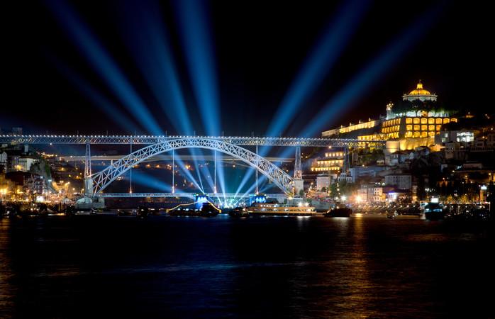 A passagem de ano no Porto fica muito iluminada.