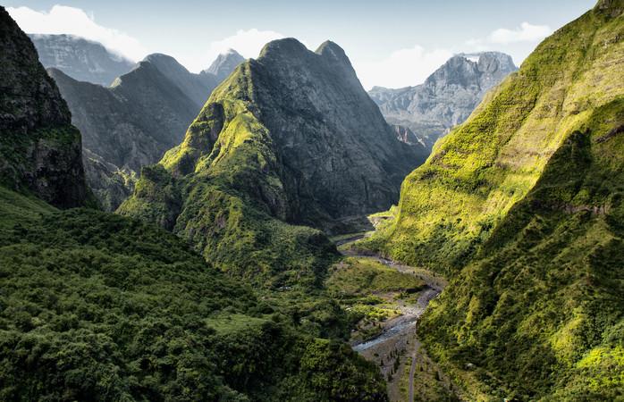 Uma paisagem montanhosa verdejante em La Réunion