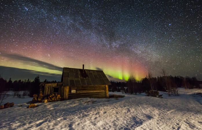 Um casebre encantador e a Aurora Boreal em Murmansk