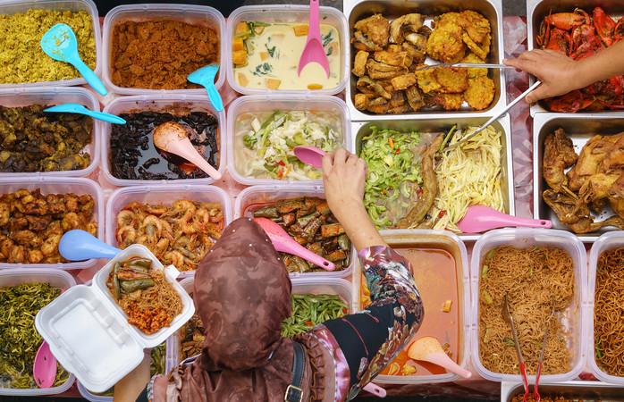 Excelente exemplo de turismo sustentável. Uma senhora a comprar comida caseira num mercado local.