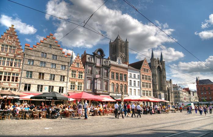 Os turistas deambulam pelo idílico centro histórico de Gante. Ponto obrigatório em Gante quando estiveres a viajar sozinho por aqui.
