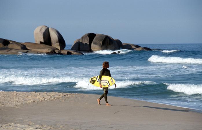 Apanha sol, faz surf, ou relaxa nas 40 praias à volta da ilha de Florianópolis, como aqui na Praia Mole