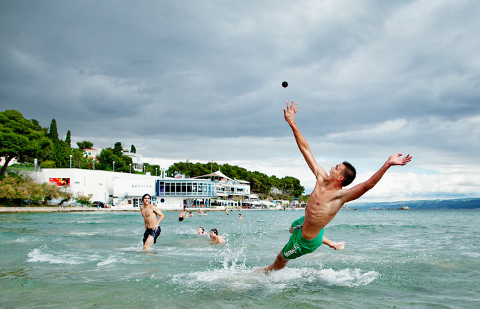 Apanha a bola! Junta-te a um jogo de picigin – um jogo nascido na Praia Bačvice em Split