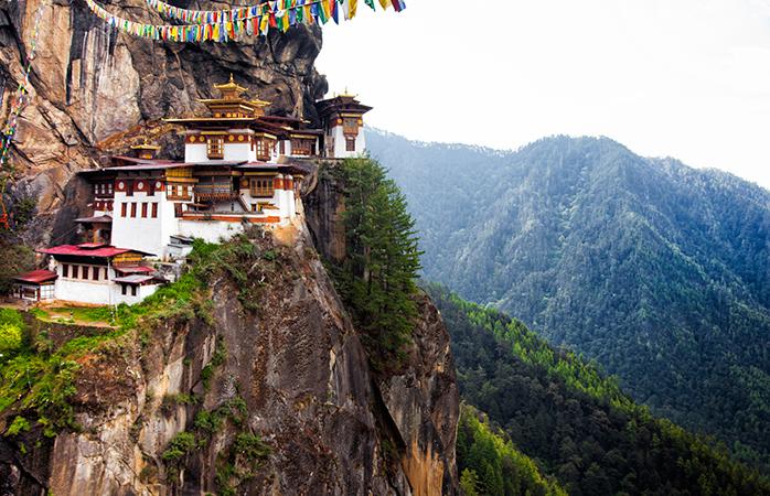 O Mosteiro de Taktsang situa-se na encosta de uma falésia no vale de Paro no Butão