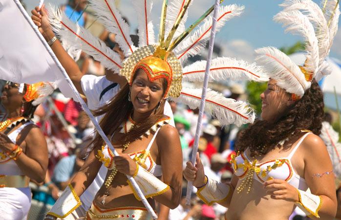 Adquiridas as plumas e purpurina, segue o Desfile do Festival Caribana