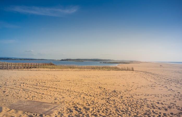 Não muito longe da Praia do Monte Velho, encontras também a linda praia da Costa de Santo André.