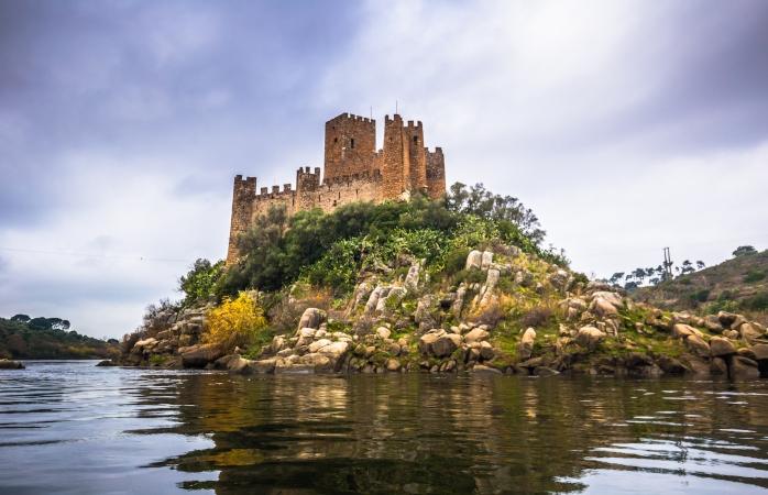 A cerca de 20 minutos de Abrantes, consegues visitar o charmoso Castelo de Almourol.