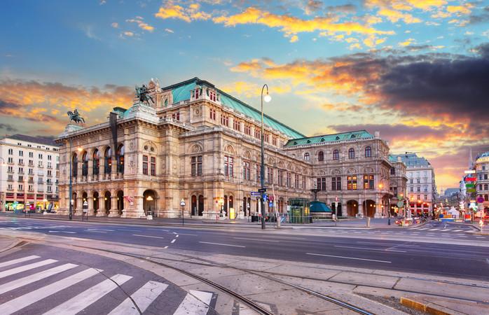 A Ópera de Viena durante o por do sol.