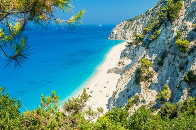 Uma subida íngreme vale a pena o esforço para chegar à praia Egremni
