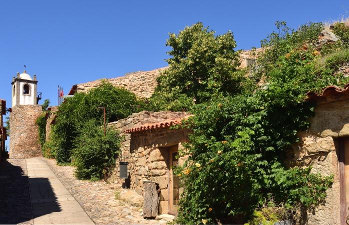 As ruazinhas e a torre do relógio em Castelo Rodrigo.