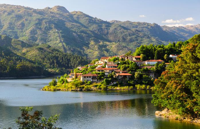 A vista maravilhosa do Rio Cavado no Parque Nacional Peneda-Gerês.