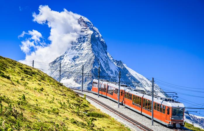 Imagina-te a subir a montanha neste tremzinho, durante as tuas férias de outono.