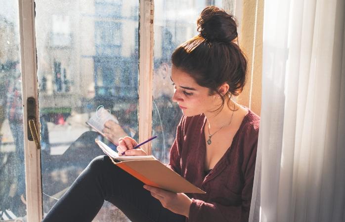 Não fiques um dia sem escrever.