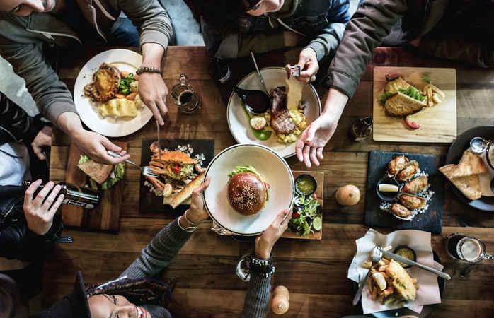 Como poupar dinheiro para viajar? Menos idas a restaurantes.