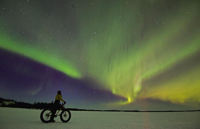 Pega numa bicicleta de pneus grossos no Blachford Lake Lodge e pedala sob as Luzes do Norte
