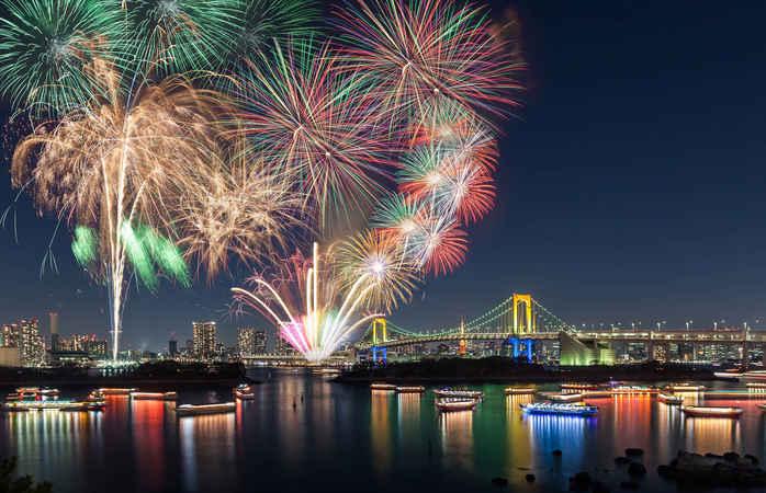 Os fogos de artifício e a Ponte Arco-Iris de Tóquio.