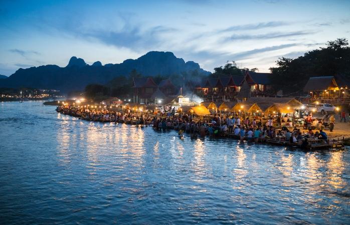 Gostas de atividades ao ar livre em barcos e lagoas estonteantes segue para Vang Vieng para o Ano Novo.