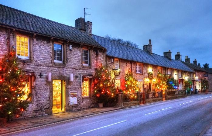 Aldeia pequena, muitas árvores de Natal – Castleton, Inglaterra