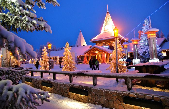 The Santa Claus Holiday Village à noite