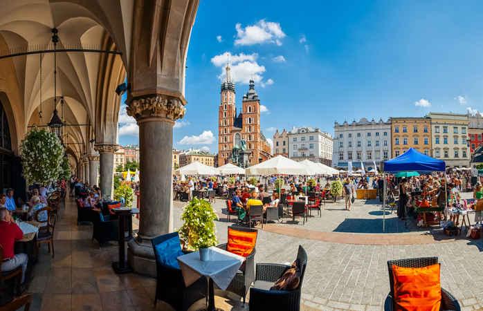 A praça principal de Cracóvia pode ser um dos destinos para os teus feriados de 2020.