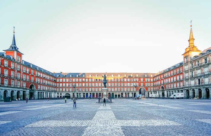 Aproveita um dos feriados 2020 e passeia pela Plaza Real de Madrid.